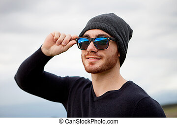5e7fcc01193211 beau, frais, jeune homme, à, lunettes soleil