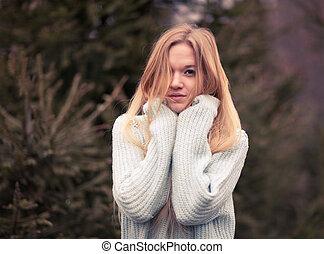 beau, froid, extérieur, hiver, jeune femme, poser, temps, joli, amusement, portrait, blond, avoir, sensuelles, park.