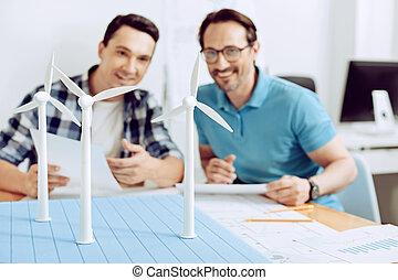 beau, générateur moulin vent, regarder, collègues, modèle, sourire