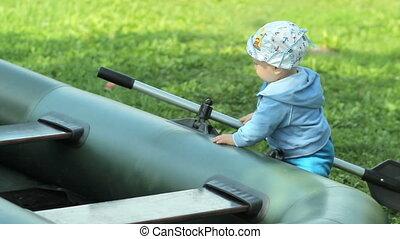 beau, garçon, garden., bébé, gonflable, paddle., avenir, pêcheur, croissant, herbe, jouer, bateau