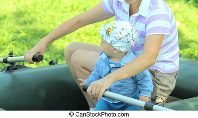 beau, garçon, garden., gonflable, pagaie, bébé, avenir, pêcheur, croissant, mother., herbe, jouer, bateau