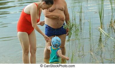 beau, garçon, mère, grand-père, eau, promenades, bébé, lake., jouer, gosse