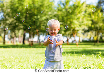 beau, garçon, peu, dehors, attraper, bulles, savon