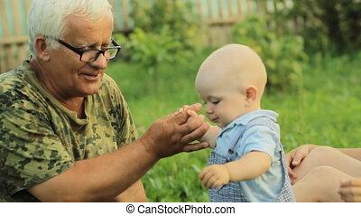 beau, garçon, peu, famille, été, parc, grand-père, grass., ...