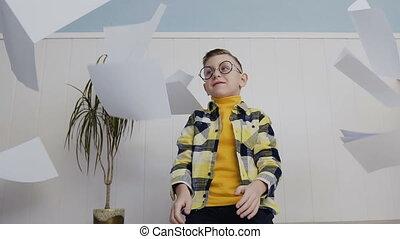 beau, garçon, sien, lot, haut., jeune, glasses., papier, fond, blanc, assied, jets, homme