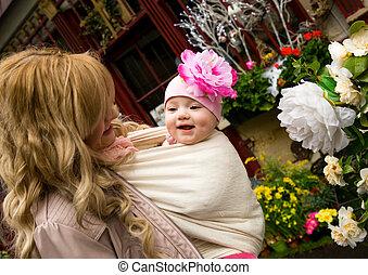 beau, garden., fille, fronde, elle, jeune, porter, mère, bébé