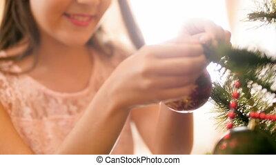 beau, girl, métrage, arbre, noël, closeup, 4k, mettre, sourire, brillant, babiole, rouges