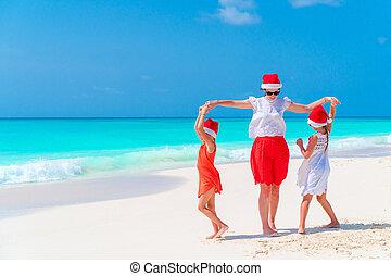 beau, gosses, famille, chapeaux, exotique, célébrer, santa, mère, vacances, plage, noël, rouges, heureux