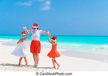 beau, gosses, maman, famille, chapeaux, exotique, célébrer, santa, plage, noël, rouges, heureux
