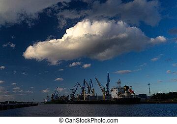 beau, grand, sur, riga, port, nuage