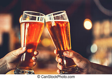 beau, grillage, doux, peu profond, amis, deux, amende, pub., foyer., bière, fond, lumière, dof, grain., oktoberfest., lunettes