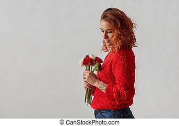 beau, gris, femme, elle, bouquet, séduisant, fond, mains, fleurs