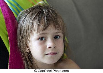 beau, gris, yeux, penchant, joli, lounge., jeune, cheveux, blonds, mouillé, fille sérieuse, ébouriffé