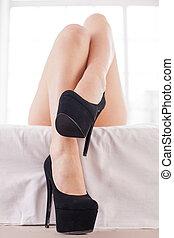 beau, gros plan, armé, legs., lit, élevé, élégant, femelle noire, jambes, chaussures