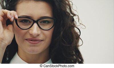 beau, gros plan, brunette, ouvert, business, lunettes, jeune, isolé, arrière-plan., bouche, portrait, woman., yeux, blanc, surpris
