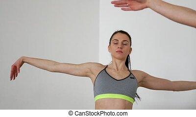 beau, gros plan, pratiquer, genoux, exécuter, lisser, pilates., yoga., filles, une, leur, quoique, appareil photo, autre, mains, exercices, côté, girl, mouvements, pentes, mouvements