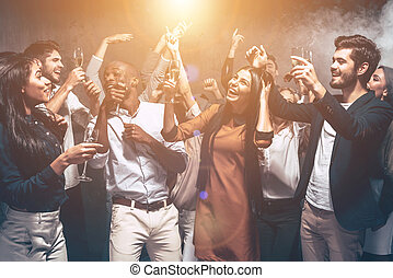 beau, groupe, danse, gens, jeune, ensemble, regarder, fête, fun., heureux