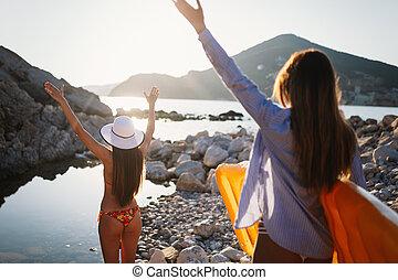 beau, groupe, jeune, amis, plage, femmes, marche