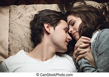 beau, hermétiquement, brunette, mensonge, lit, tendresse, concept, hands., tenue, girl, type, affection
