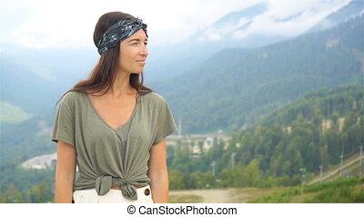 beau, heureux, jeune femme, dans, montagnes, dans, les,...