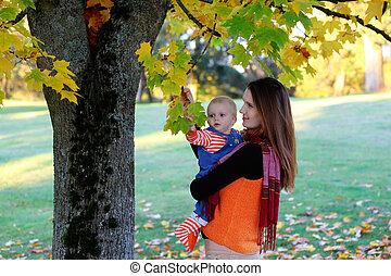 beau, heureux, mère, étreindre, dorlotez fille, à, amour