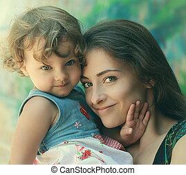 beau, heureux, mère, et, amusement, gosse, girl, cuddling., closeup, tendre, portrait