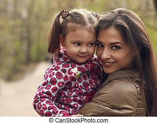 beau, heureux, mère, et, gosse, girl, caresser, outdoors., closeup, portrait