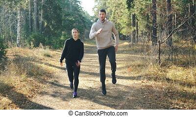 beau, heureux, petit ami, femme, elle, sain, nature., parc, jeune, liberté, sports, sauter, rire, activité, sentier, apprécier, beau