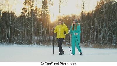 beau, hiver, bavarder, espace, couple, vue, jeune, dos, forêt, porter, manière, actif, portrait, copie, skis, côté