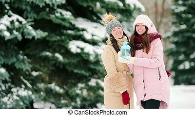 beau, hiver, neige, deux, dehors, jour, femmes