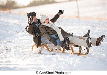 beau, hiver, traîneau, couple, day., amusement, personne agee, avoir