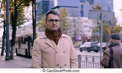 beau, homme, appareil-photo., artiste, regarde, oriental, eyes., lent, lunettes, intelligent, poète, apparence, mouvement