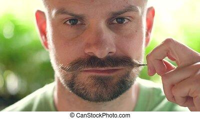 beau, homme, appareil photo, regarder, tordu, moustache