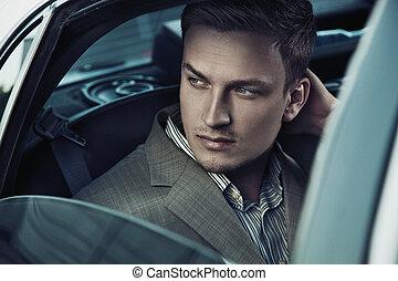 beau, homme, dans voiture