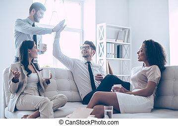 beau, homme, peu, collègues, bureau, séance, donner, deserve, ils, deux, divan, haut-cinq, leur, quoique, café, rest., tenue, sourire, tasses, beau