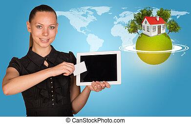 beau, horisontal, mondiale, tablette, carte, femme affaires, entouré, arbres, planète, anneaux, sommet, vert, tenue, maison, pc., toile de fond