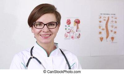 beau, hospital., sien, fermé, prend, docteur, figure, femme debout, portrait, girl, heureux, lunettes