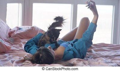 beau, image, femme, prend, lit, confortable, téléphone ...