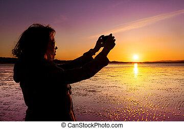 beau, image, femme, prendre, jeune, selfie, elle-même, pendant, plage, sunset.