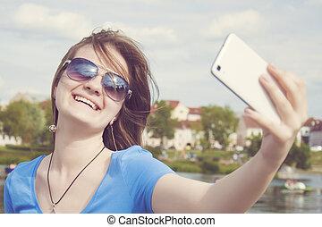 beau, instagram., femme, ville, prendre, prise vue., ensoleillé, day., téléphone, été, dehors, femme, closeup, selfie, intelligent