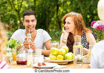 beau, jardin, elle, regarder, déjeuner, quoique, amis fille, avoir, petit ami