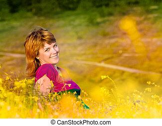 beau, jeune, coucher soleil, sourire, herbe, girl, mensonge