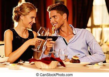 beau, jeune couple, à, verres vin rouge, dans, luxe,...