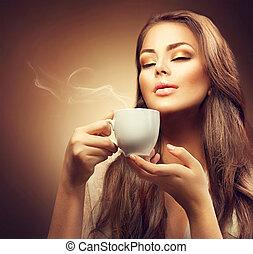 beau, jeune femme, apprécier, café chaud