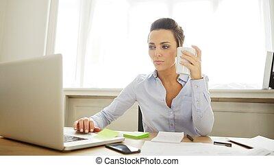 beau, jeune femme, fonctionnement, dans, bureau maison