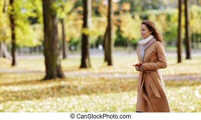 beau, jeune femme, marche, dans, automne, parc