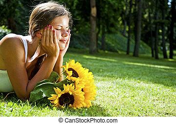 beau, jeune femme, mensonge, dans, pré, de, flowers., jouir de, nature