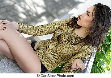 beau, jeune femme, modèle, de, mode, dans, a, jardin