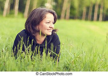 beau, jeune femme, outdoors., jouir de, nature.