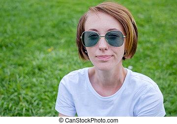 beau, jeune femme, outdoors., jouir de, nature., sain, fille souriante, dans, vert, grass.